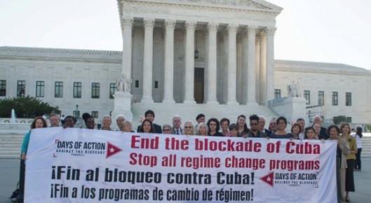 Pancarta-contra-el-bloqueo-frente-a-la-Corte-Suprema-de-Justicia-en-Washington-580-580x318.jpg